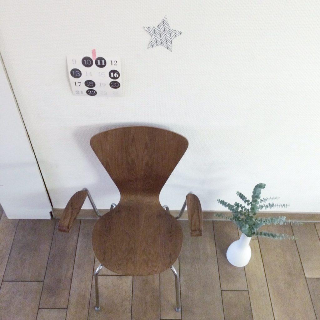 neuer Stuhl an der Wand